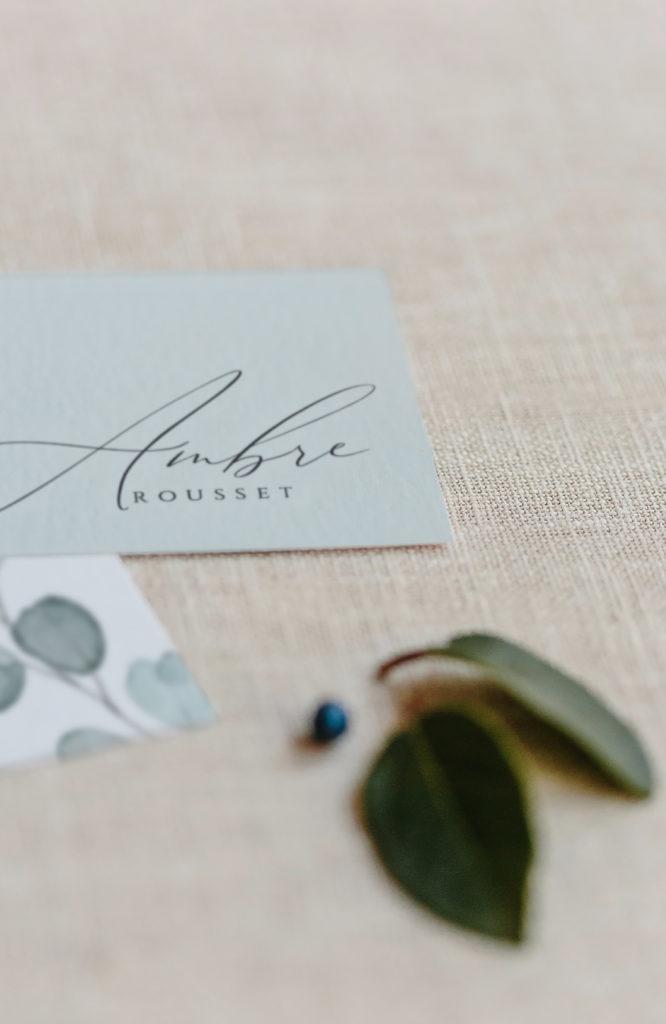 Nuestros marca sitios se ponen en las mesas del banquete. Te proponemos dos versiones, el sencillo y el perforado para enlazar con el menú y la servilleta.